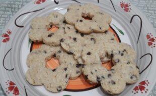 Biscotti con farina di arachidi e gocce di cioccolato